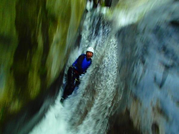 爽快!天然のスライダー!普段は絶対に味わえない天然の滝を使ったスライダー!大自然ならではのスリルを味わおう!