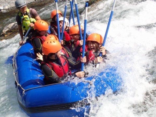 爽快!ボートサーフィン!流れの中にとどまるボート遊びです。これも安定した水量のある多摩川ならではの遊びです。