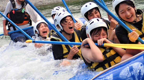 水量に応じて、楽しみ方のバリエーションは豊富!!サーフィン(写真)は大人気!