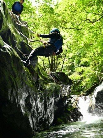 ロープを使って約4mの岩を下降!