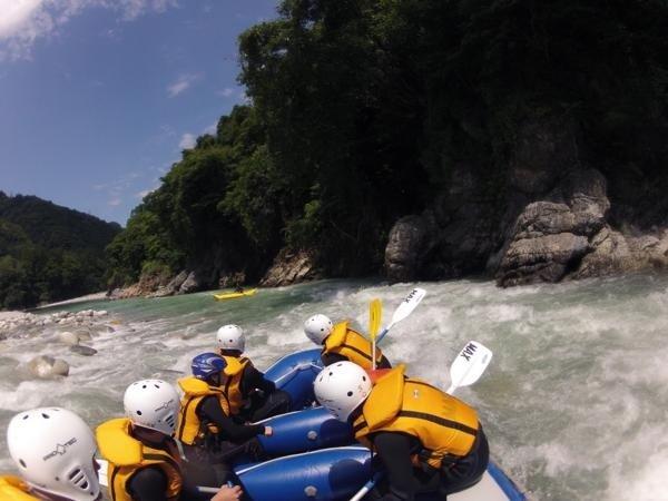 上流コース:黒部の渓谷美を眺めながら川遊び満載のラフティングが楽しめます。
