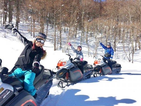 300〜400m四方もある雪原で、スノーモービルを満喫!見渡す限り全てコースとなっているので自由に走れます。