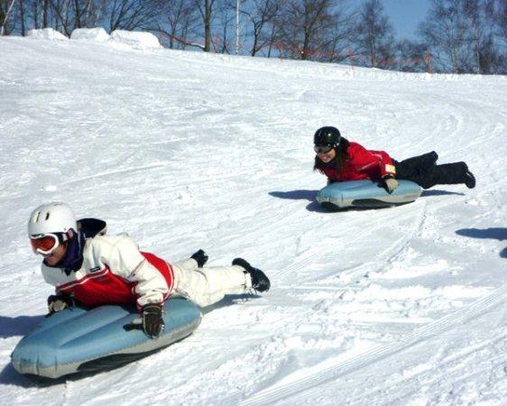 滑走を楽しむだけじゃない!  エアーボードを使った雪遊び(スノーフラッグやプチレースなど)も楽しんじゃおう!