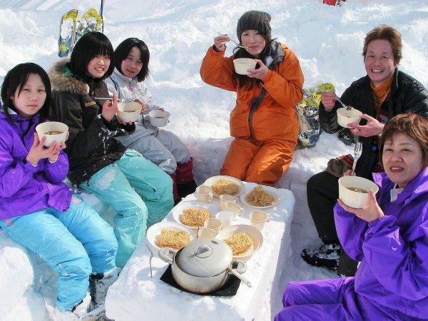 たっぷり遊んで疲れたら雪の中でのんびり♪1日コースはアウトドアランチ付き!