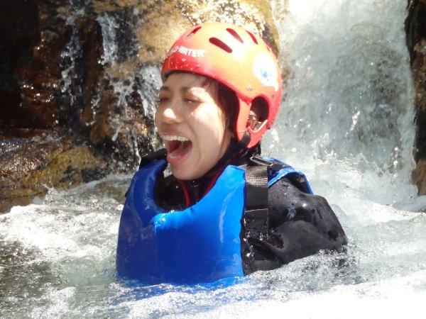滝にうたれてマイナスイオンでリフレッシュ。水の透明度がスゴイ。