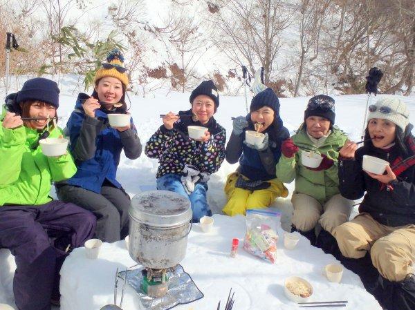 雪景色の中で食べるあったかランチは格別!