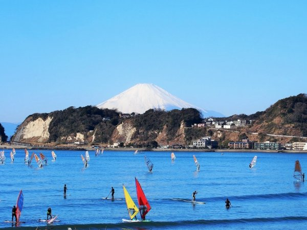 マリンスポーツのメッカ、材木座海岸でSUPデビューしませんか? 海上からは稲村ヶ崎や江の島、天気のいい日には富士山が望めます!