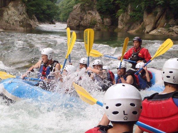 夏7〜9月は、水遊び満載のラフティングが楽しめます。