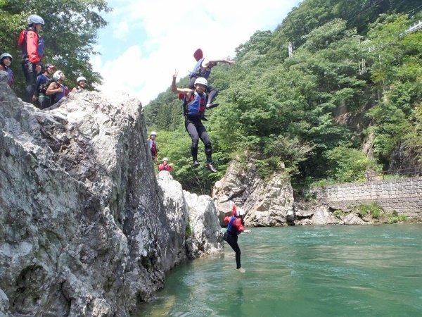 夏7〜9月は、ラフティングしながら、高岩ジャンプやボディーラフティングなど川遊び満載のツアーが楽しめます!