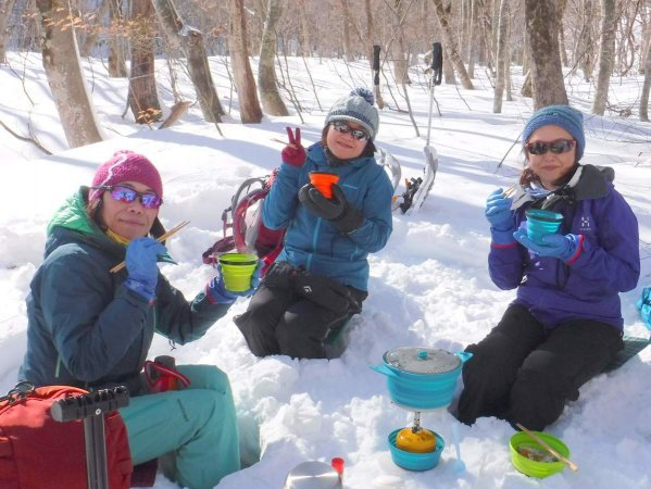 雪のテーブルで温かいランチを楽しもう!(1日ツアーのみ)