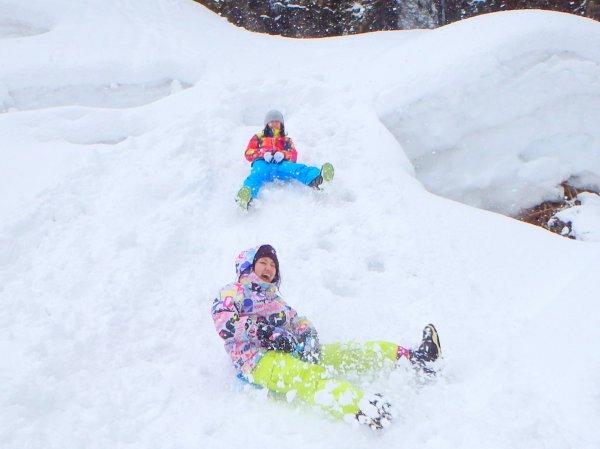 天然のスライダーで雪遊びを満喫!