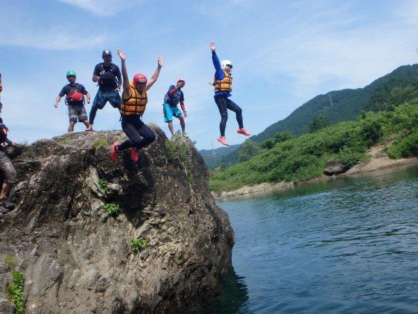 ラフティングツアー途中で川遊びも満喫!!飛び込みに挑戦