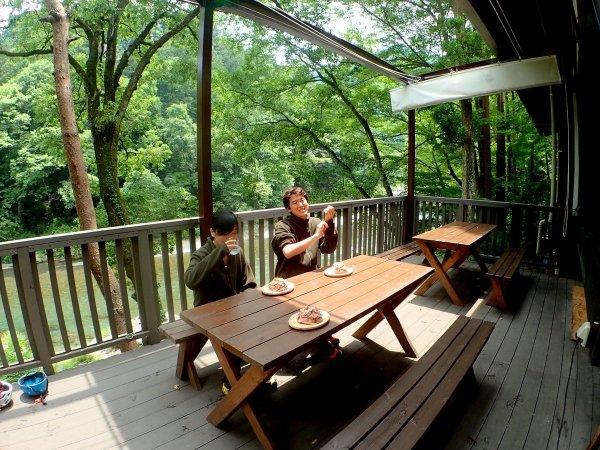 ツアー後は、河畔に佇む心地の良いリバーベース&カフェでゆったり。
