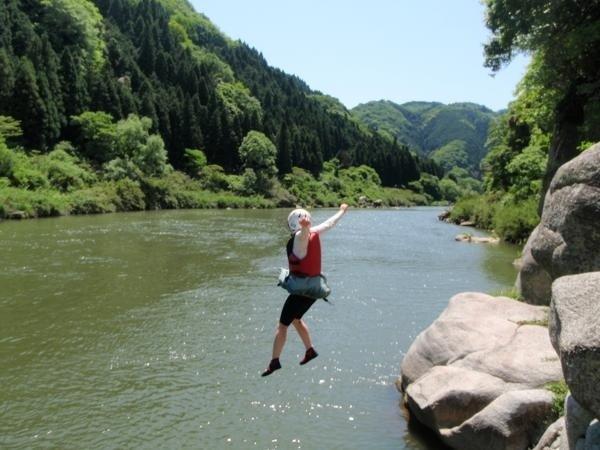 川遊びも満喫!沢遊びや、飛び込み岩を利用して、約3Mからの豪快なダイブ!