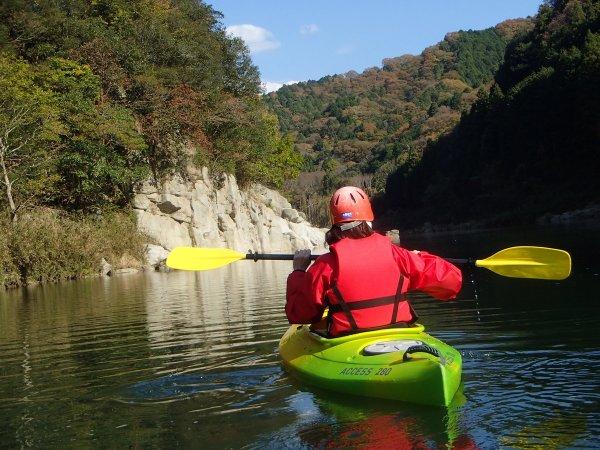 自ら操るカヤックで水上を漕ぎ進む。川からの眺めは最高です
