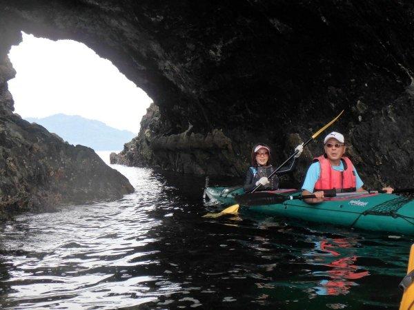 そびえる奇岩を眺めたり、シーカヤックで洞窟をくぐり抜けるなど、冒険心を駆り立てられる遊び心満点のツアーです!