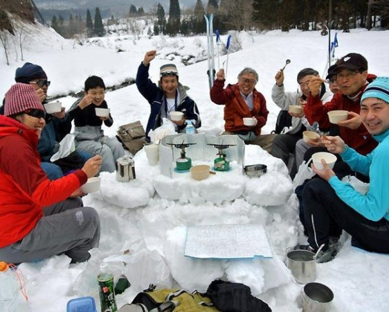 コーヒー・紅茶と手作りの雪のテーブルで一休憩。