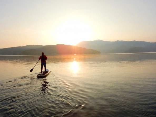 静かな湖と神秘的な朝日を味わう早朝プランあり