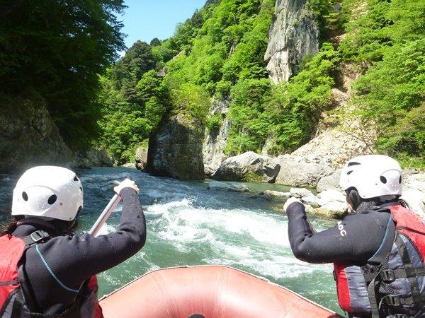 川沿いにそびえ立つ約40mの美しい渓谷は圧巻!