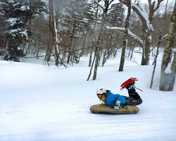 奥日光の原生林の中を颯爽と滑り降ります!これがスリリングで気持ちいい!!