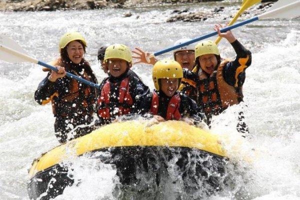 北海道の雄大な大自然を満喫!水しぶきを浴びても気持ちがいいのでみんなスマイル。