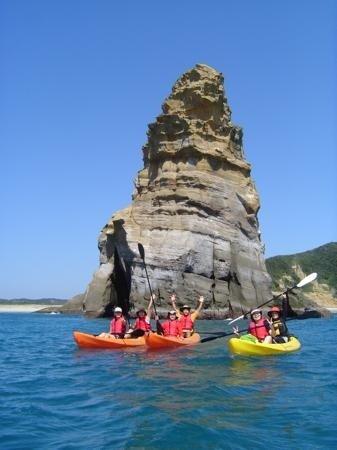 目の前に迫る壮大なスケールの奇岩群。海から見るその景色は、地元の人ですら知らない絶景です。