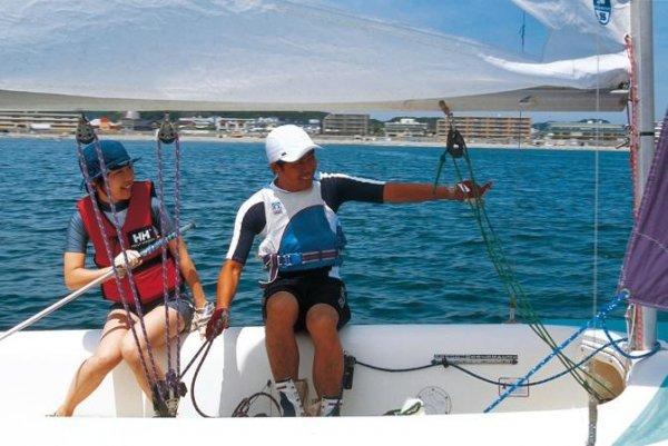 参加者自ら操船をして頂きます。風だけでスーット走り出すヨットに思わず笑顔が!