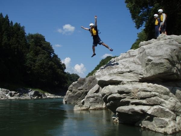 ラフティング以外の川遊びも盛りだくさん!!願い事が叶う岩で祈願!そしてジャンプ!