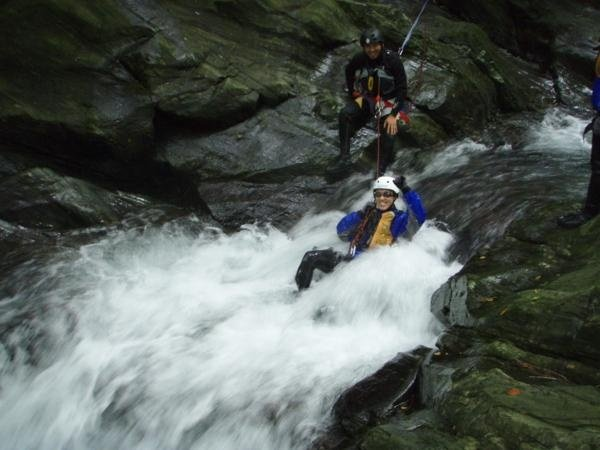 水遊びを満喫!次々に現れる天然ウォータースライダーは爽快感満点!