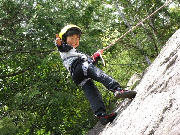 【小学校1年生からOK!】多くのチビッコチャレンジャーが、本格クライミング体験を楽しんでいます。