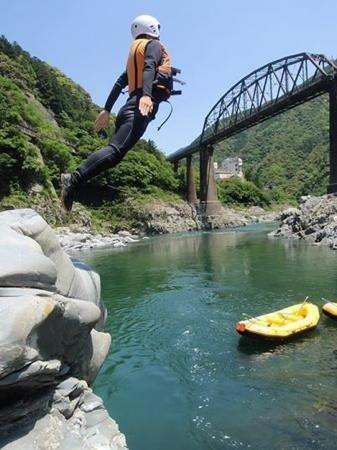 途中崖から飛び込んだり、瀬の中を泳いだり・・川遊びも盛りだくさん!!