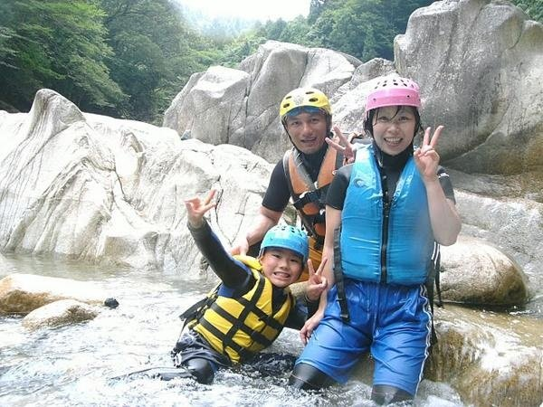 小学生も楽しめる本格キャニオニング! ★各ポイントに迂回ルートあるから、お子様もお父さんも水遊びを満喫!