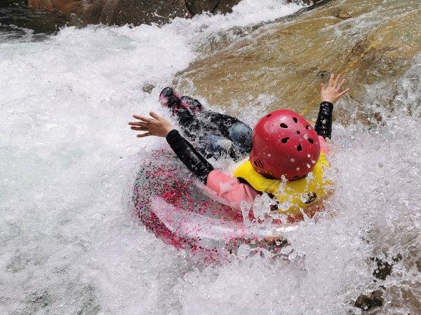 水量によっては休憩ポイントでは浮き輪でのんびり。水量によっては浮き輪サーフィンも可能です。