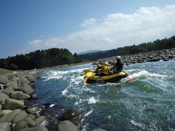 川下りの人気スポットとなりつつある《信濃川》。川岸には雄大な景色が広がります。