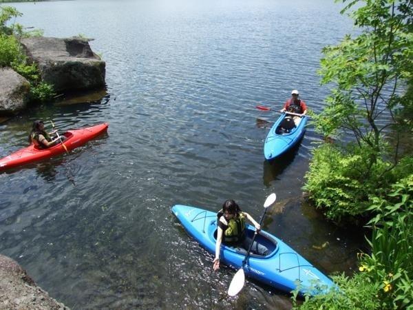 白樺湖に流れ込む源流へ。水の美しさとあまりの冷たさに「気持ちいい〜!」カヌーでなくては行けない場所です。