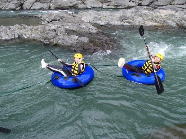 一人で大きなチューブに乗って川を下るチュービング!目線も水面に近くなりスリル満点!!