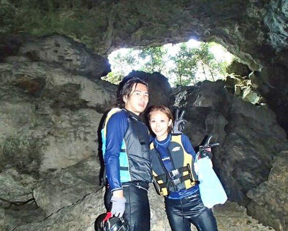 """洞窟内の水が青く見えることから""""青の洞窟""""と呼ばれる神秘的な洞窟でプチ探検が楽しめます!"""