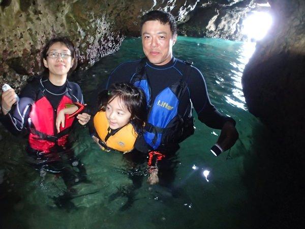 鍾乳石が連なる洞窟を探検