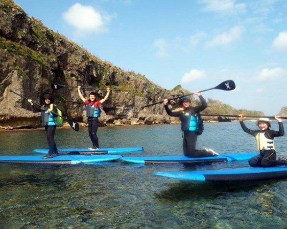 断崖絶壁と沖縄の広大な海を左右に観ながら、SUPで向う目的地は、沖縄本島の人気スポット「青の洞窟」