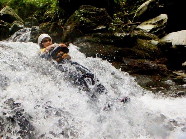 天然岩のウォータースライダーは大人気!