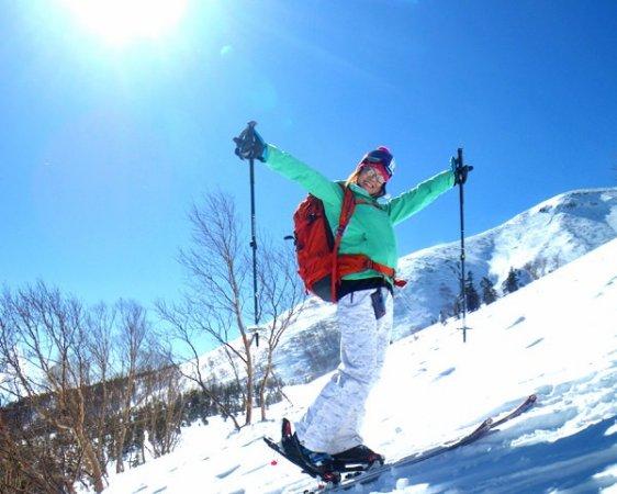 朝一のバージンスノーを踏みしめながら稜線を目指す!ラッセルを苦と思わない新雪・・・これこそが「乗鞍パウダー」だ!