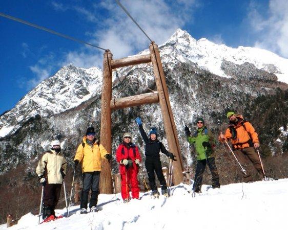 静寂に包まれた厳冬期の上高地。圧倒的な山岳美を誇る穂高の峰々が迫ってきます。