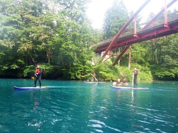 神秘的な青い色の湖を、今話題のSUPでクルージング!