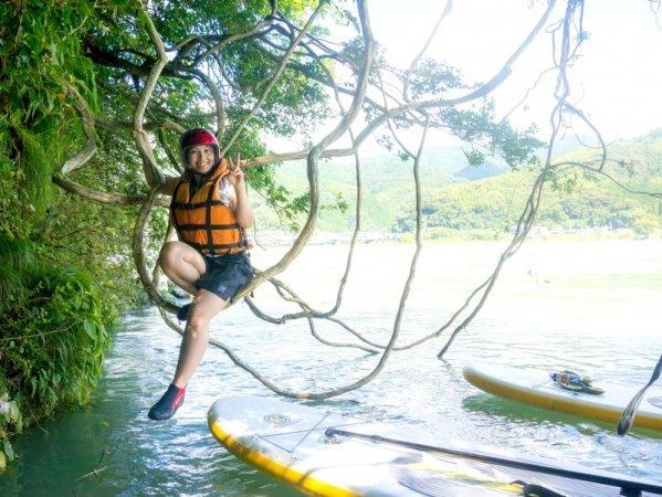 コースの途中では木の枝でできた天然ぶらんこに飛び乗って遊べます!