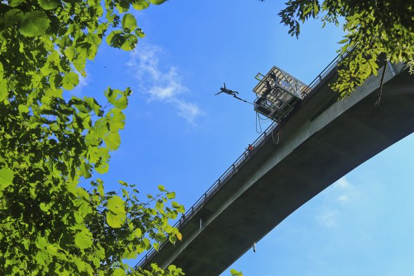 「天空に架かる橋」と言われる須津渓谷橋から勇気を振り絞ってジャンプ!