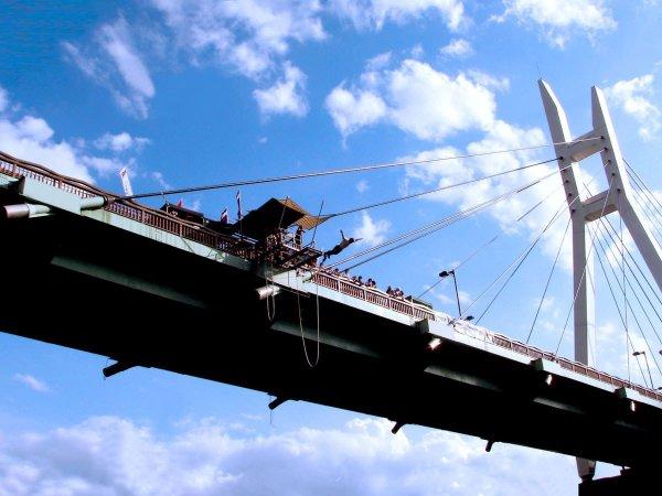 高さ42mの諏訪峡大橋から勇気を振り絞って……ジャンプ!