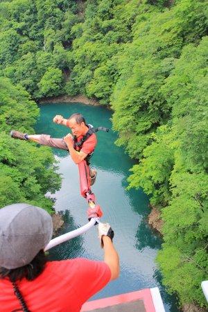 バンジージャンプ2回目以降のリピーターは、両足首を固定せずジャンプがOK!助走をつけて飛んだり、空中でポーズをとったり……解放感いっぱいです!