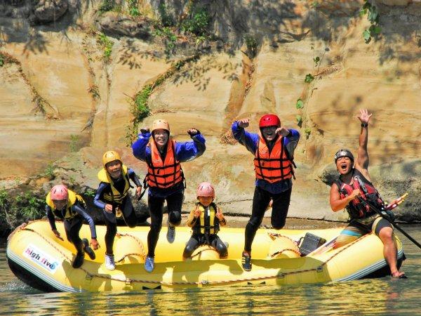お子さまから大人の方まで楽しめる、川遊び満載のラフティングツアー!