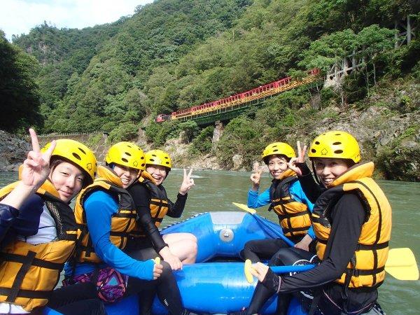 川下りの高瀬舟やトロッコ列車が過行く、保津川ならではの風景。