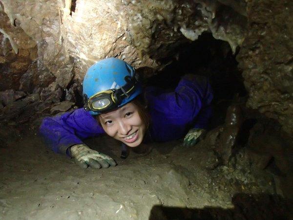 洞窟探検は、五感とヘッドライトの明かりだけが頼りです。ほふく前進でしか通れない狭い箇所も!